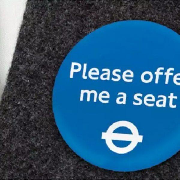 Londres inova com crachá para identificar pessoas com deficiência invisível