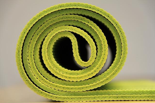 """alt=""""Instrutora de Yoga desenvolve aulas gratuitas para pessoas com espondilite"""""""